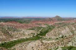 Rode rotsen en het groene landschap van de valleiberg Royalty-vrije Stock Foto's