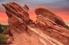 Rode rotsen en roze hemel Royalty-vrije Stock Foto