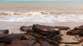 Rode rotsen langs de kustlijn in Brazilië stock videobeelden