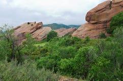 Rode Rotsen Ridge Mountains en Vallei Stock Foto