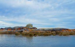 Rode rotsen tegen blauwe wolken Royalty-vrije Stock Fotografie