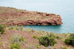 Rode rotsenkust van het meer Royalty-vrije Stock Foto's
