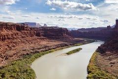 Rode Rotsvormingen langs de Rivier van Colorado dichtbij het Nationale Park van Canyonlands, Utah Stock Afbeelding