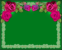Rode rozen als achtergrond op een groene achtergrond met verlichting en een ornament Stock Afbeelding