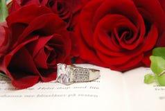 Rode rozen en een ring Stock Afbeelding
