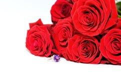 Rode rozen en een ring Royalty-vrije Stock Afbeelding