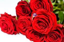 Rode rozen en een ring Royalty-vrije Stock Afbeeldingen