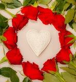 Rode rozen en een wit hart Royalty-vrije Stock Afbeeldingen