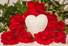 Rode rozen en een wit hart Stock Fotografie