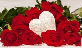 Rode rozen en een wit hart Royalty-vrije Stock Foto's