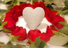 Rode rozen en een wit hart Stock Foto's