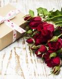 Rode rozen en giftdoos Royalty-vrije Stock Foto