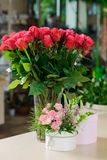 Rode rozen en giftdozen stock afbeelding
