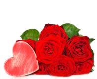Rode rozen en houten hart royalty-vrije stock fotografie