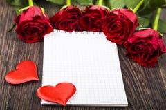 Rode rozen en kaart Royalty-vrije Stock Afbeeldingen