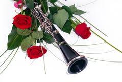 Rode rozen en klarinet stock foto's