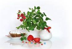 Rode rozen en paaseieren Stock Foto