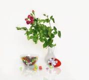 Rode rozen en rood paasei Royalty-vrije Stock Foto's