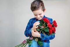 Rode rozen in handen royalty-vrije stock foto