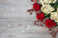 Rode rozen, hydrangea hortensia, heupen op houten achtergrond royalty-vrije stock afbeeldingen