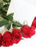 Rode rozen met een witte nota Stock Foto