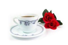 Rode rozen met kop van koffie Stock Foto