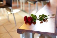 Rode rozen op bank bij begrafenis in kerk royalty-vrije stock foto's
