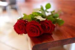 Rode rozen op bank bij begrafenis in kerk royalty-vrije stock fotografie