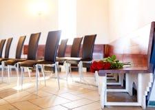 Rode rozen op bank bij begrafenis in kerk royalty-vrije stock afbeelding