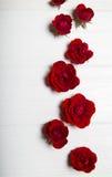 Rode rozen op een witte houten lijst Het patroon van de bloem stock foto's