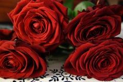 Rode rozen op lijst Royalty-vrije Stock Afbeeldingen