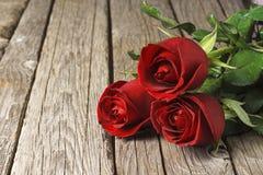 Rode Rozen op oude houten lijst, de dag van Valentine ` s Stock Foto
