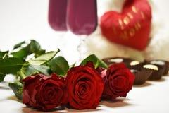 Rode rozen tegen de achtergrond van hart en glazen Stock Afbeelding