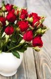 Rode rozen in vaas Stock Foto