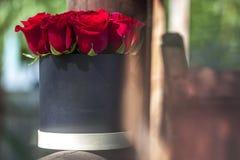 Rode rozen in zwarte giftdoos Stock Foto