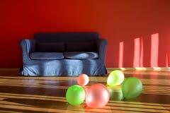 Rode ruimte met blauwe bank met ballons Royalty-vrije Stock Foto