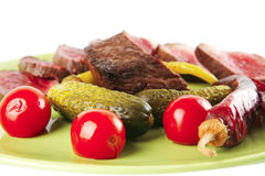 Rode rundvleesplakken op groene schotel Stock Fotografie