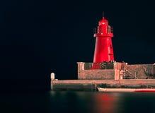 Rode 's nachts Vuurtoren Stock Foto