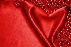 Rode satijn en parels Stock Afbeeldingen