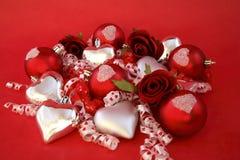 Rode satijnballen, zilveren harten met rozen en ribb Stock Afbeeldingen