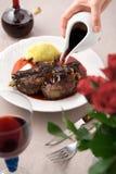 Rode saus op vlees met aardappels Stock Foto's