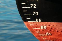 Rode schipschil met waterlijn en ontwerpschaalmaatregel Stock Afbeeldingen