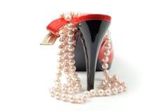 Rode schoen en pareljuwelen Stock Fotografie