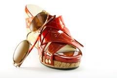 Rode Schoen en Zonnebril Royalty-vrije Stock Foto's