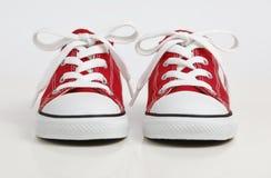 Rode Schoen/Tennisschoenen die op wit wordt geïsoleerdi stock foto's