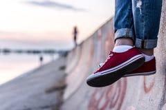 Rode Schoenen dichtbij meerkant Royalty-vrije Stock Foto's