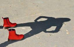 Rode schoenen en kindschaduw Stock Afbeelding