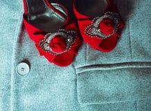 Rode schoenen en kleding Royalty-vrije Stock Foto's