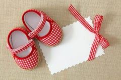 Rode schoenen en lege nota Royalty-vrije Stock Fotografie