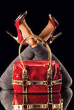 Rode schoenen en zak op spiegel royalty-vrije stock fotografie